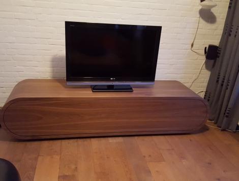 Design Tv meubel mat gelakt.Compleet met de hand gemaakt en gefineerd met noten fineer